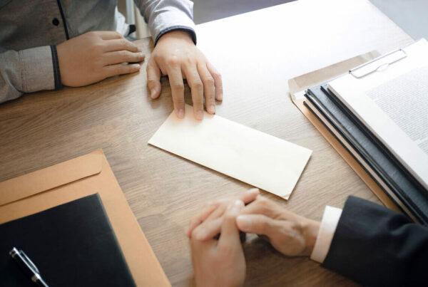 La indemnización por despido de los fijos discontinuos se debe calcular incluyendo solo los periodos de prestación de servicios